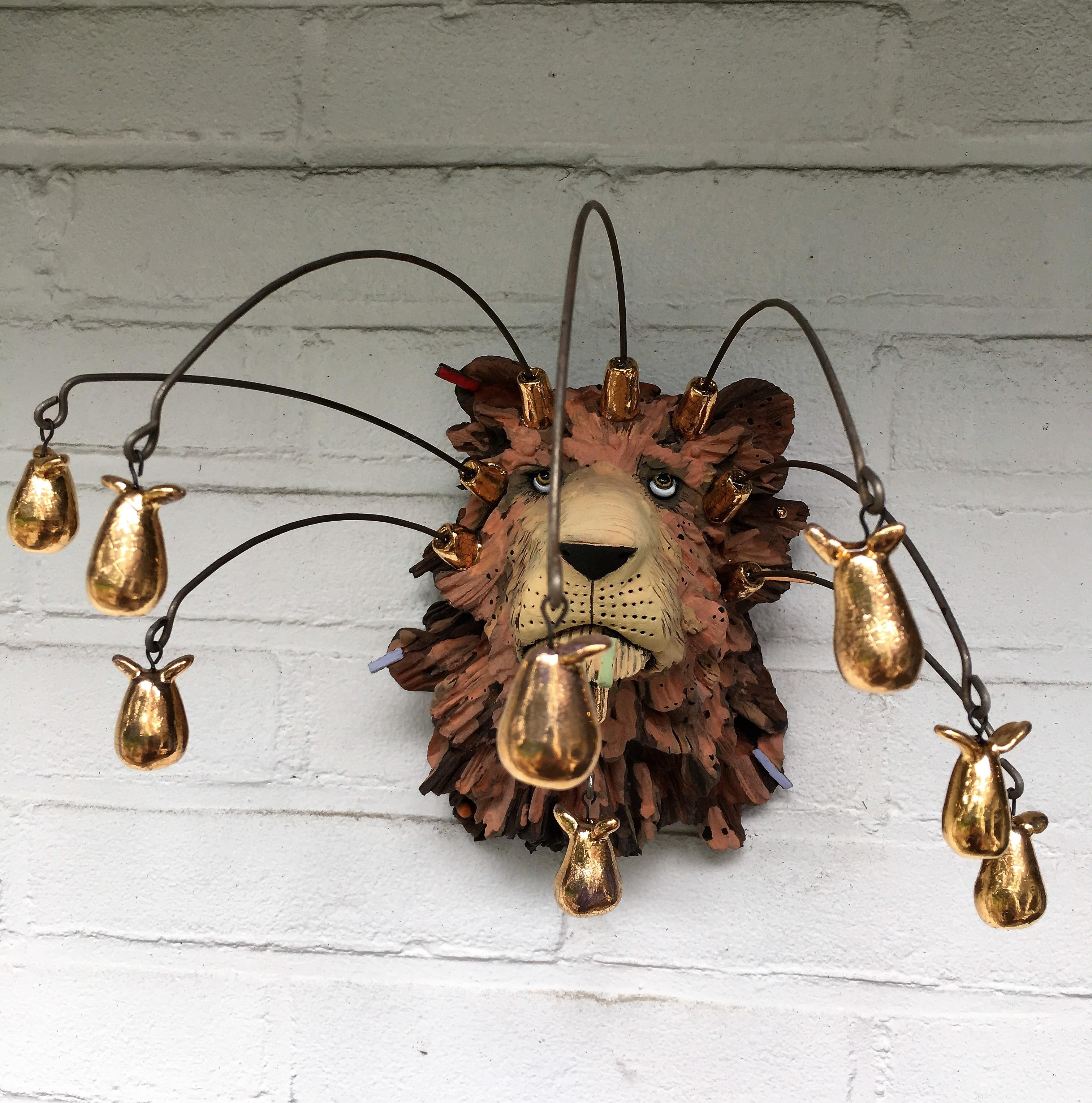 'Keizerleeuw met gouden peertjes', h 25x20x20cm